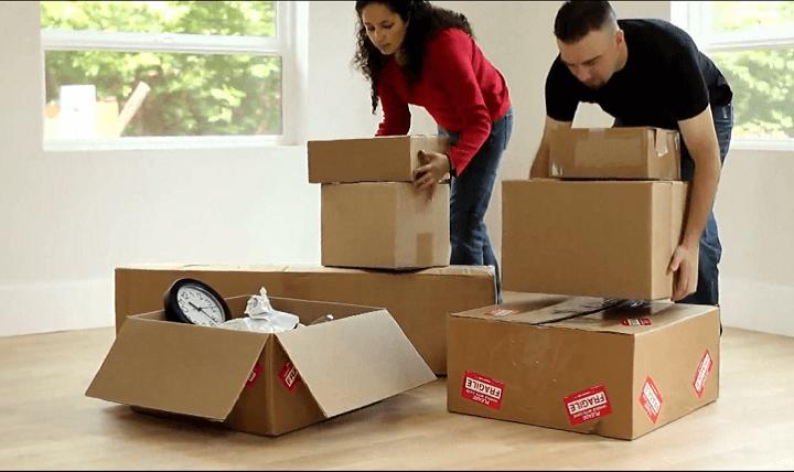 famiglia traslocando
